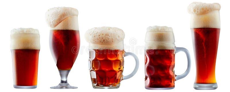 Caneca de obscuridade gelado - cerveja vermelha com espuma imagens de stock royalty free