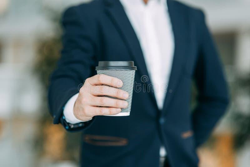 A caneca de papel com ele, dá um copo fotografia de stock