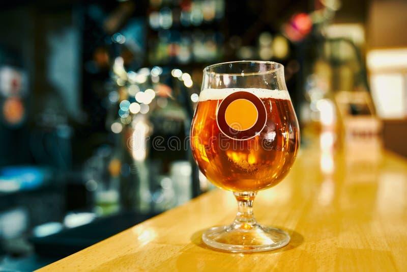 Caneca de posi??o saboroso da cerveja fria na tabela no bar fotos de stock royalty free
