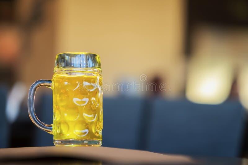 Caneca de vidro de cerveja clara dourada na barra, no fim do bar acima Cena real Cultura da cerveja, cervejaria do ofício, unicid fotos de stock royalty free