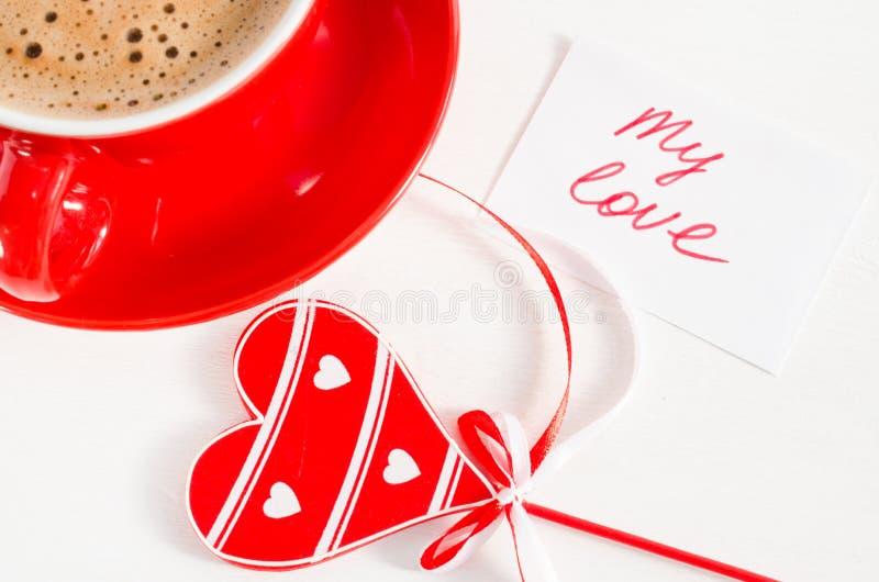 Caneca do cappuccino com coração e notas de madeira meu amor fotos de stock royalty free