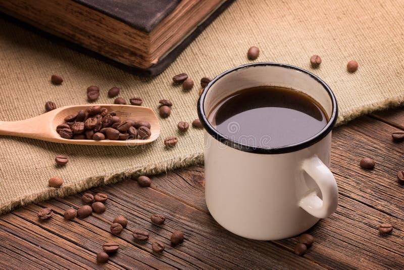 Caneca do ferro do vintage enchida com o café recentemente fabricado cerveja quente foto de stock royalty free