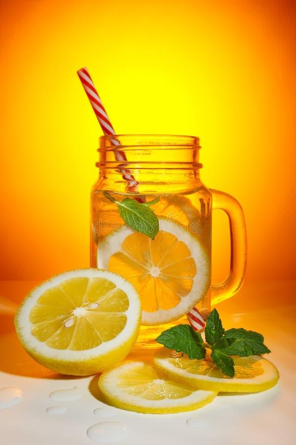 Caneca do jardim com fatias frescas da limonada e do limão fotografia de stock