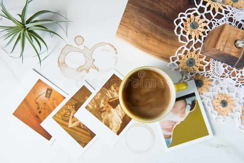 Caneca dos Pyrex do vintage com café e Polaroid fotografia de stock