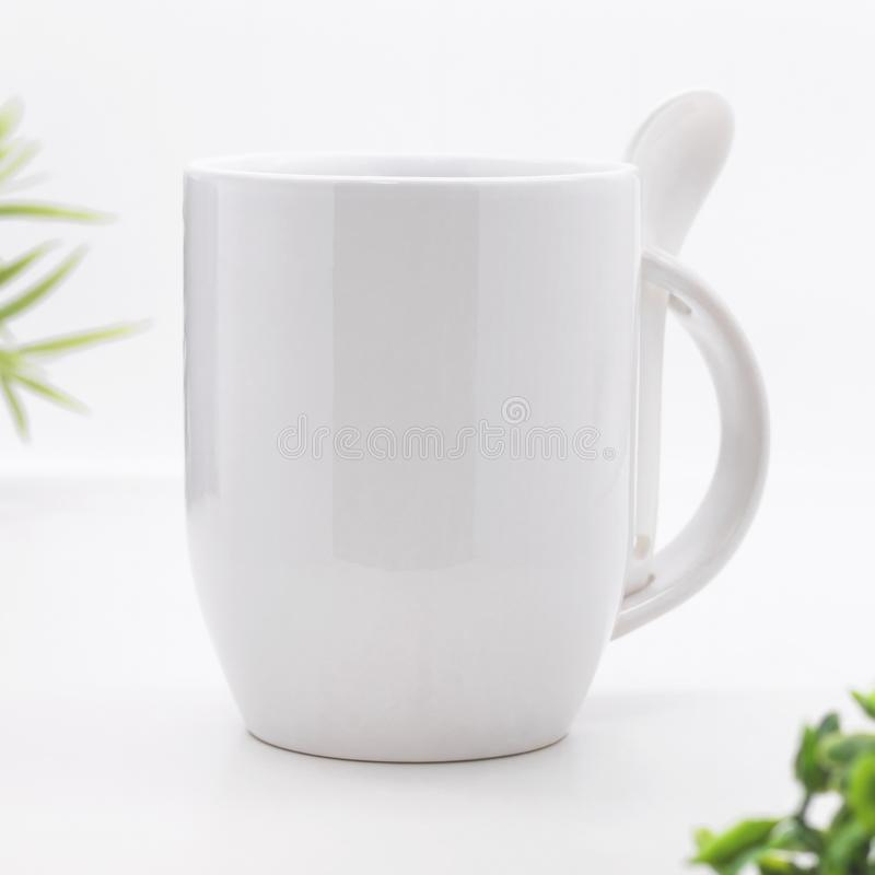 Caneca e colher vazias de caf? em contextos brancos modernos Copo de ch? vazio para seu projeto fotos de stock royalty free