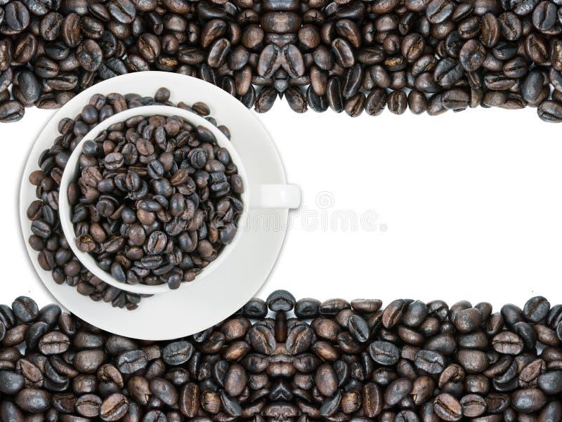 Caneca e feijões do copo de café branco fotografia de stock