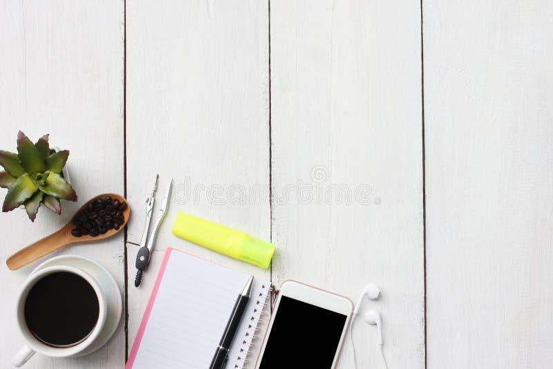 Caneca e fontes de café do conceito do negócio da vista superior no woode branco imagem de stock royalty free