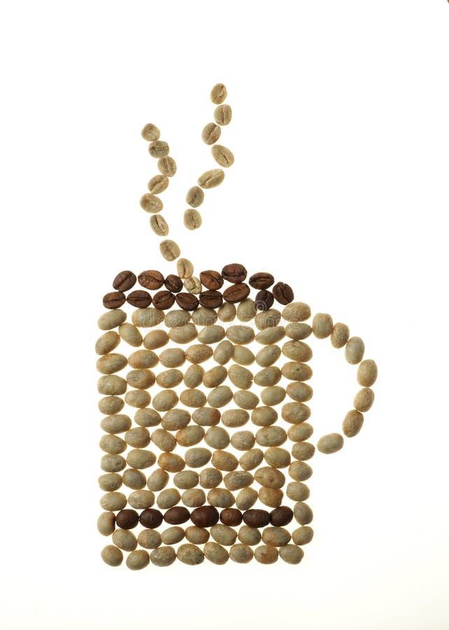 Caneca e fumo de café feitos dos feijões isolados no branco fotos de stock