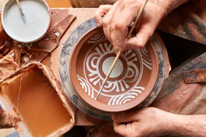 Caneca feito a mão semelhante em uma prateleira de madeira, close-up do oleiro da cara assustador, profundidade do shellow do cam imagem de stock royalty free