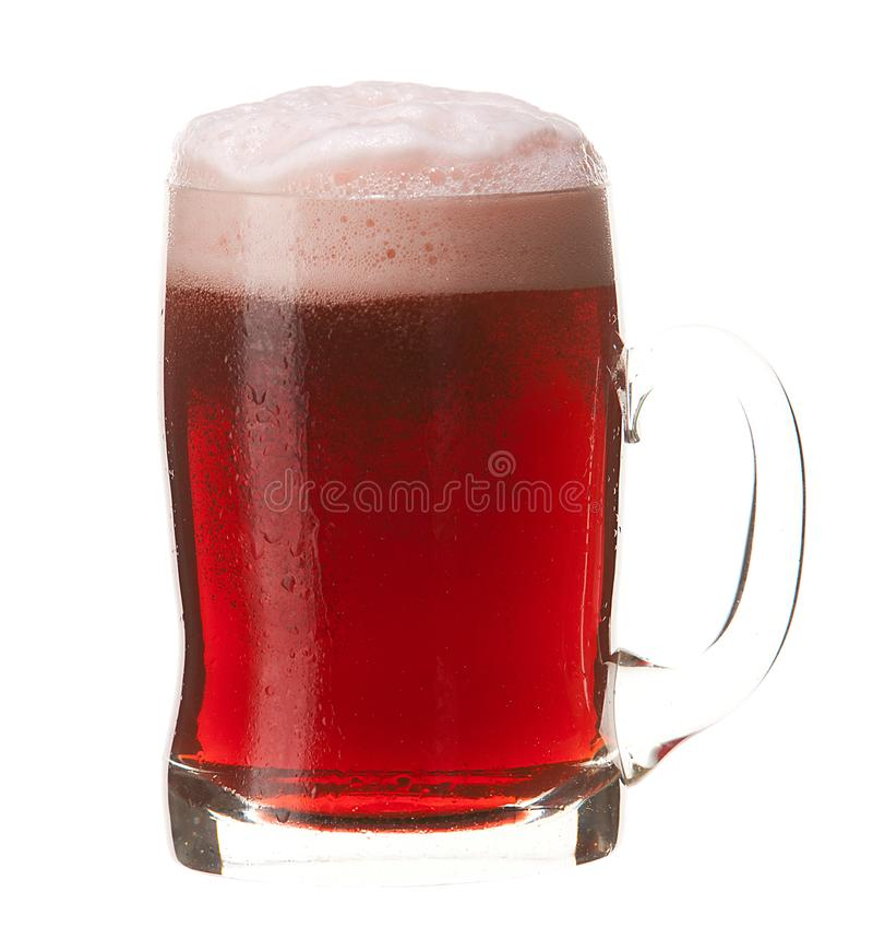 Caneca fria de cerveja vermelha com a espuma isolada no fundo branco fotos de stock