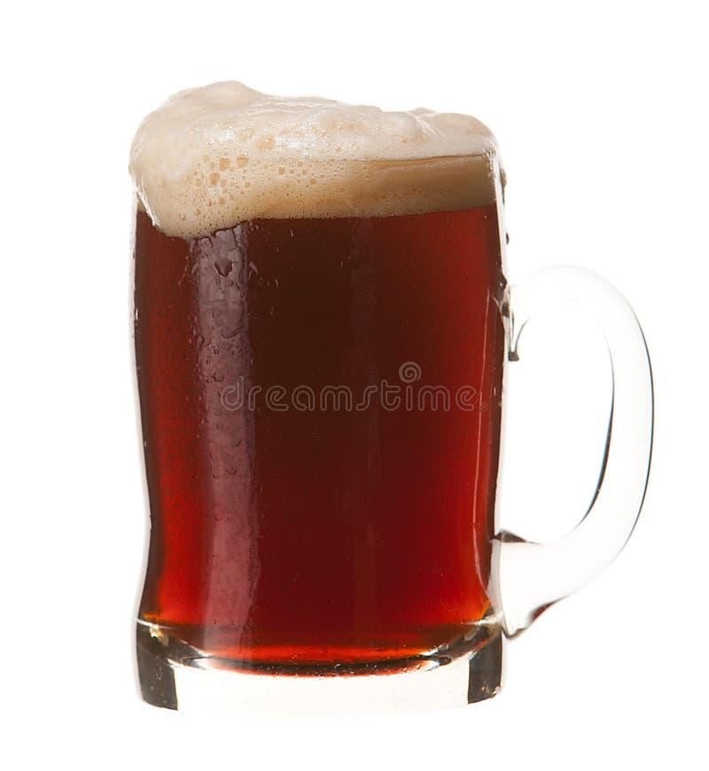 Caneca fria de cerveja vermelha com a espuma isolada no fundo branco foto de stock