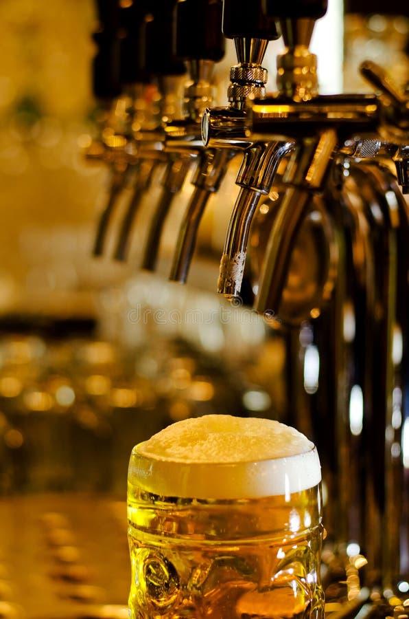Caneca para cerveja da cerveja com uma cabeça espumoso fotos de stock royalty free