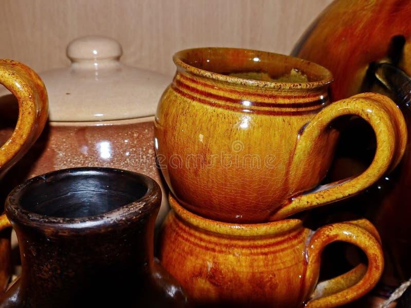 Canecas cerâmicas para o leite, cerveja, água Cer?mica de Latgalian Jarro ou caneca de Kruze-a, a maioria de usado frequentemente fotografia de stock royalty free