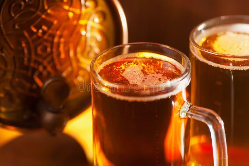 Canecas de cerveja e tambor pequeno fotografia de stock royalty free