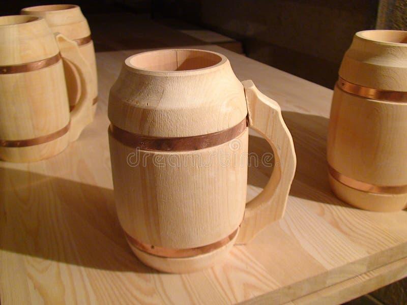 Canecas de madeira na tabela fotografia de stock royalty free