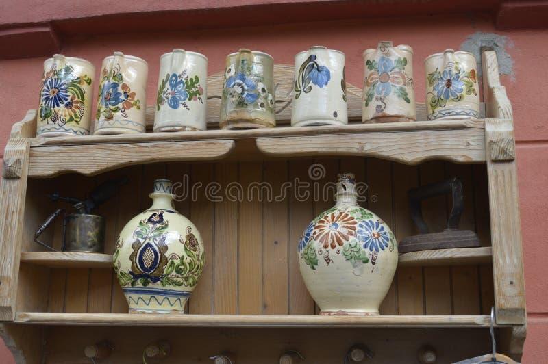 Canecas feitos a mão da cerâmica, lembranças foto de stock royalty free