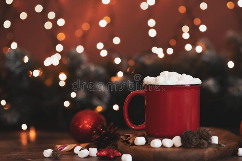 Canecas vermelhas com chocolate quente e marshmallows e cookies do p?o-de-esp?cie Conceito do Natal fotos de stock