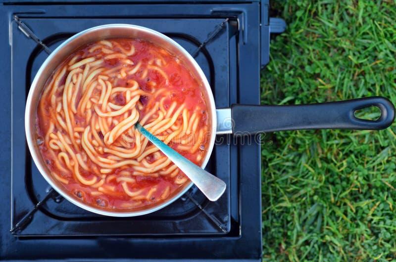 Caned spaghetti gotujący outdoors obraz stock