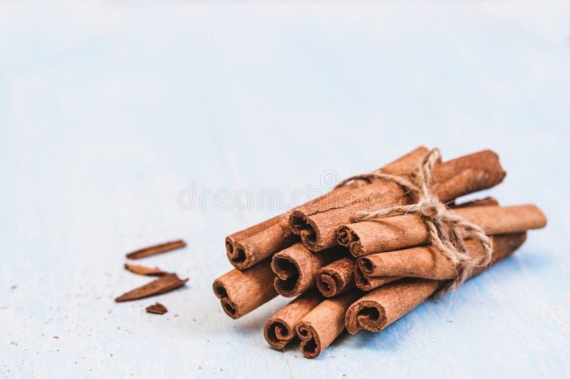 Canela à terra, varas, amarradas com corda da juta no fundo de madeira velho, foco seletivo, espaço para o texto, filtro do insta imagem de stock
