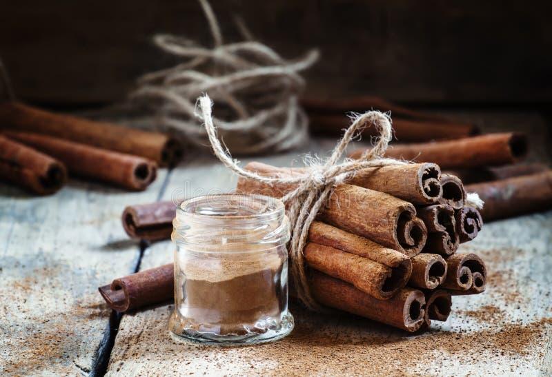 A canela à terra, varas de canela, amarradas com corda da juta em velho corteja foto de stock