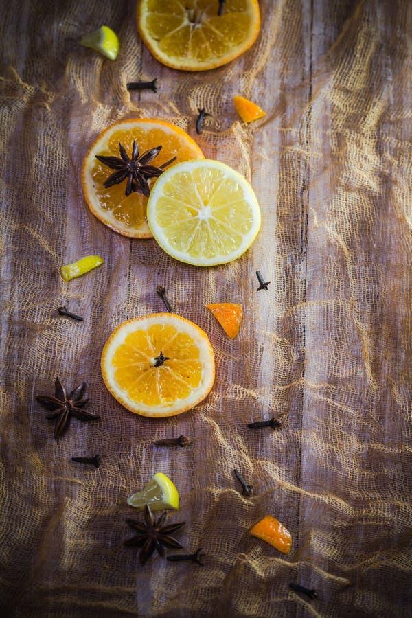 Canela anaranjado de los clavos del fondo de las especias de la fruta cítrica del limón colorido de las rebanadas imagenes de archivo