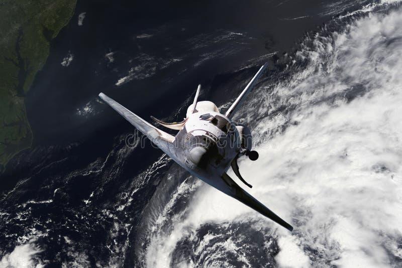 Canela do navio de espaço que voa perto da terra do furacão e das nuvens maciças na atmosfera, imagem feita das fotos f da NASA imagem de stock