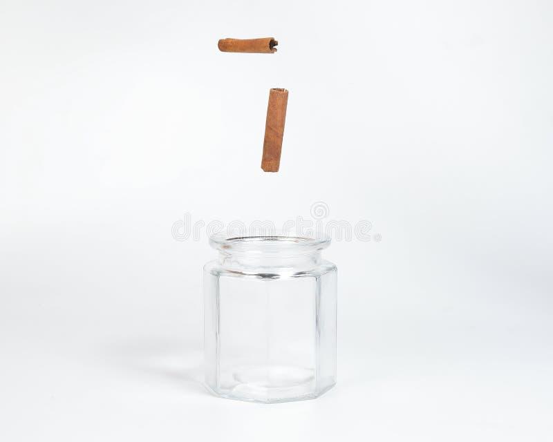 Canela em um frasco de vidro imagens de stock royalty free