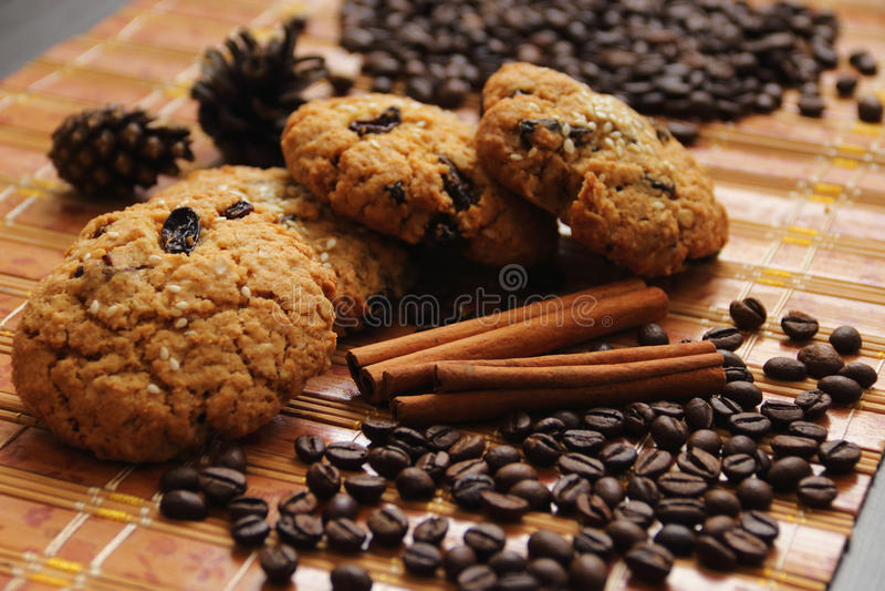 Canela, galletas y granos de café fotos de archivo