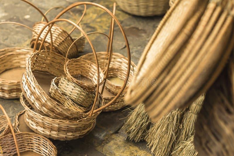 Canestri dell'artigianato e parecchi pezzi in paglia in Aracaju Brasile fotografia stock