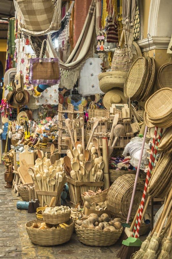 Canestri dell'artigianato e parecchi pezzi in paglia in Aracaju Brasile fotografia stock libera da diritti