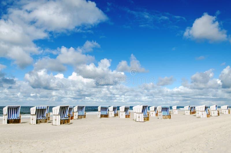 Canestri della spiaggia sulla spiaggia di Sylt fotografie stock libere da diritti