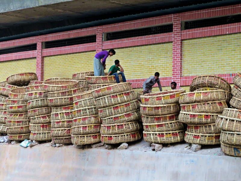 Canestri di bambù al mercato di vecchia città, Dacca immagine stock