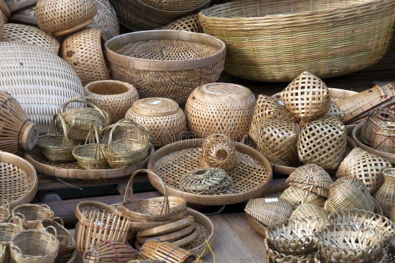 Canestri di bambù tessuti fatti a mano e piatti da vendere nel mercato di strada fotografia stock