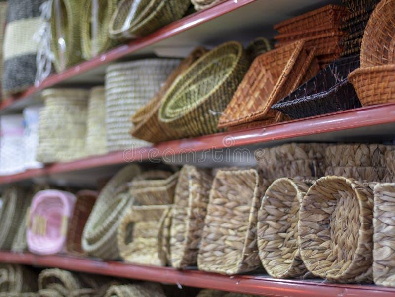Canestri tricottati di legno Intorno a e forma quadrata immagini stock
