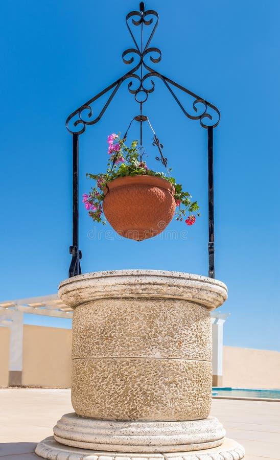 Canestro buono e d'attaccatura del patio di pietra ornamentale del fiore fotografia stock