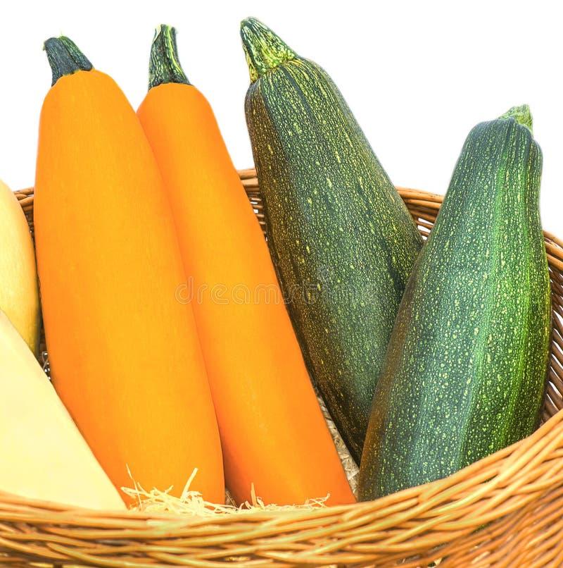 Canestro con i frutti dello zucchini su un fondo bianco immagine stock libera da diritti