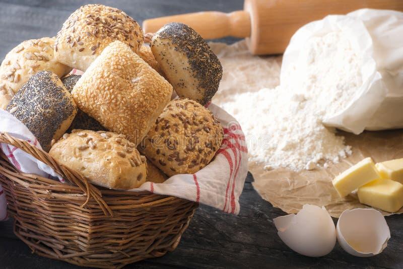 Canestro con i panini misti e gli ingredienti fotografia stock