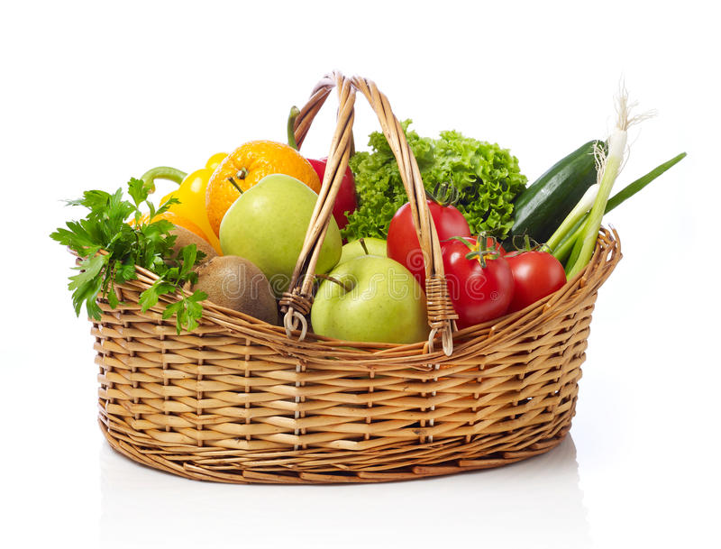 Canestro con la frutta e la verdura fotografie stock libere da diritti