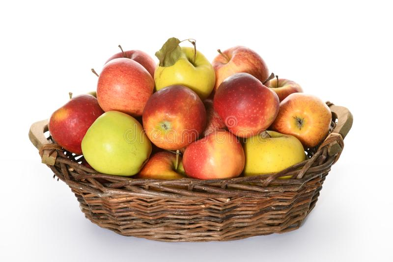Canestro con le mele variopinte fotografie stock