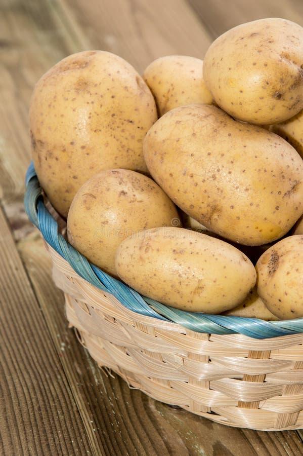 Canestro con le patate fresche immagine stock