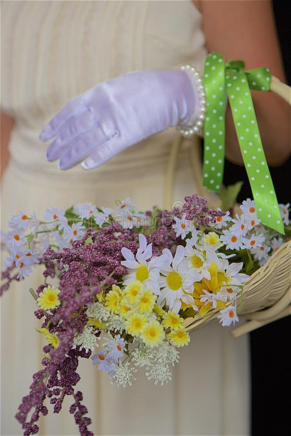 Canestro dei fiori selvaggi immagine stock