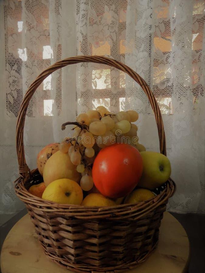 Canestro dei frutti immagine stock