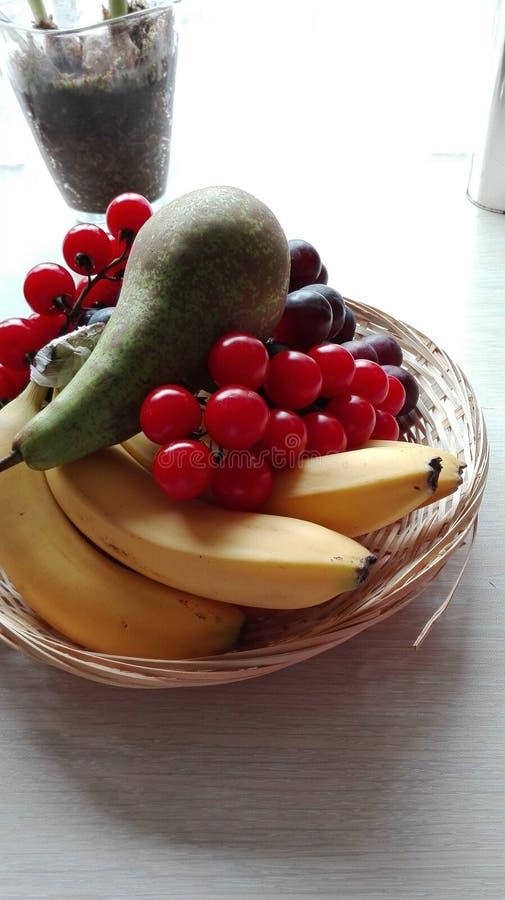 Canestro dei frutti fotografie stock