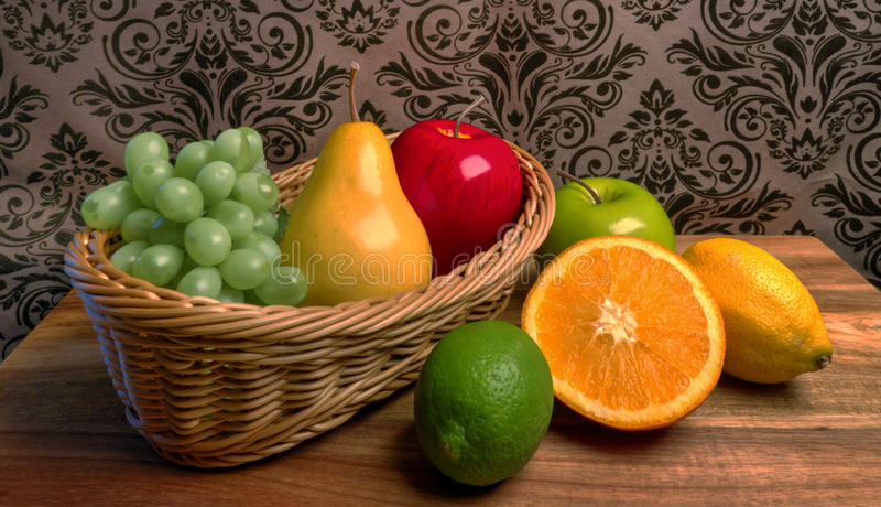Canestro del ` s della nonna della frutta fresca assortita fotografia stock libera da diritti