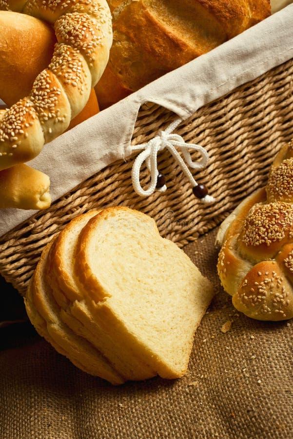 Canestro delizioso del inwicker dei panini e del pane fotografia stock