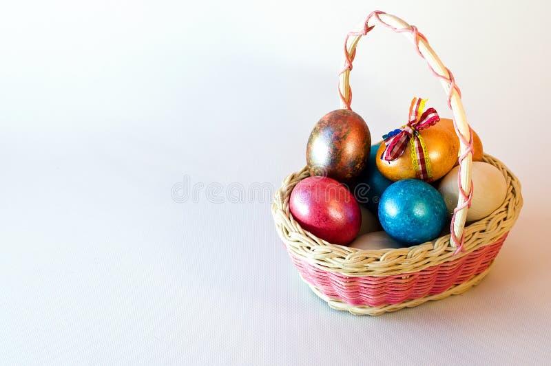 Canestro delle uova di Pasqua di Pasqua fotografie stock
