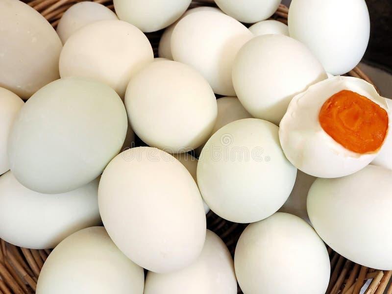 Canestro delle uova salate casalinghe fotografia stock libera da diritti