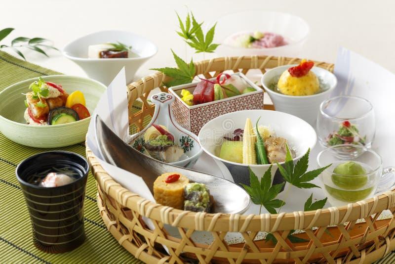 Canestro di alimento giapponese con la minestra di verdure e dei sushi fotografie stock libere da diritti