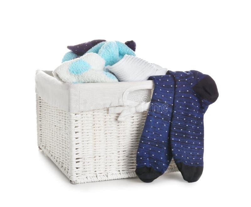 Canestro di lavanderia con i vestiti sporchi su fondo bianco immagini stock libere da diritti
