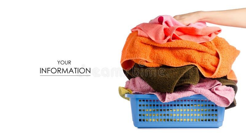 Canestro di lavanderia con il modello variopinto dell'asciugamano a disposizione immagini stock libere da diritti